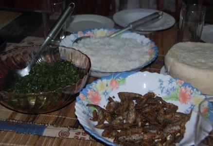 Sukuma wiki, ris, små fiskar och ugali
