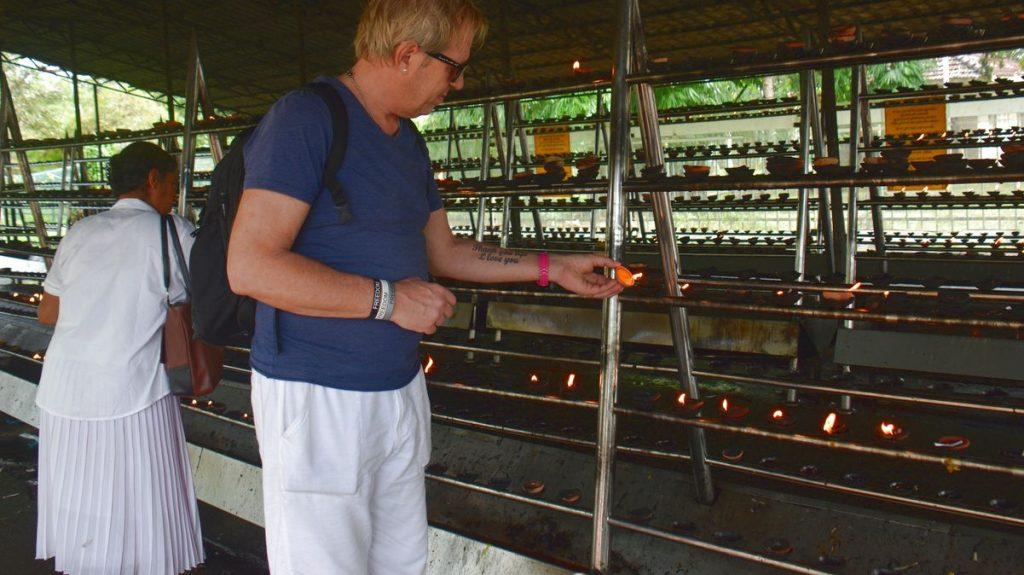 Peter tänder ljus i Anuradhapura