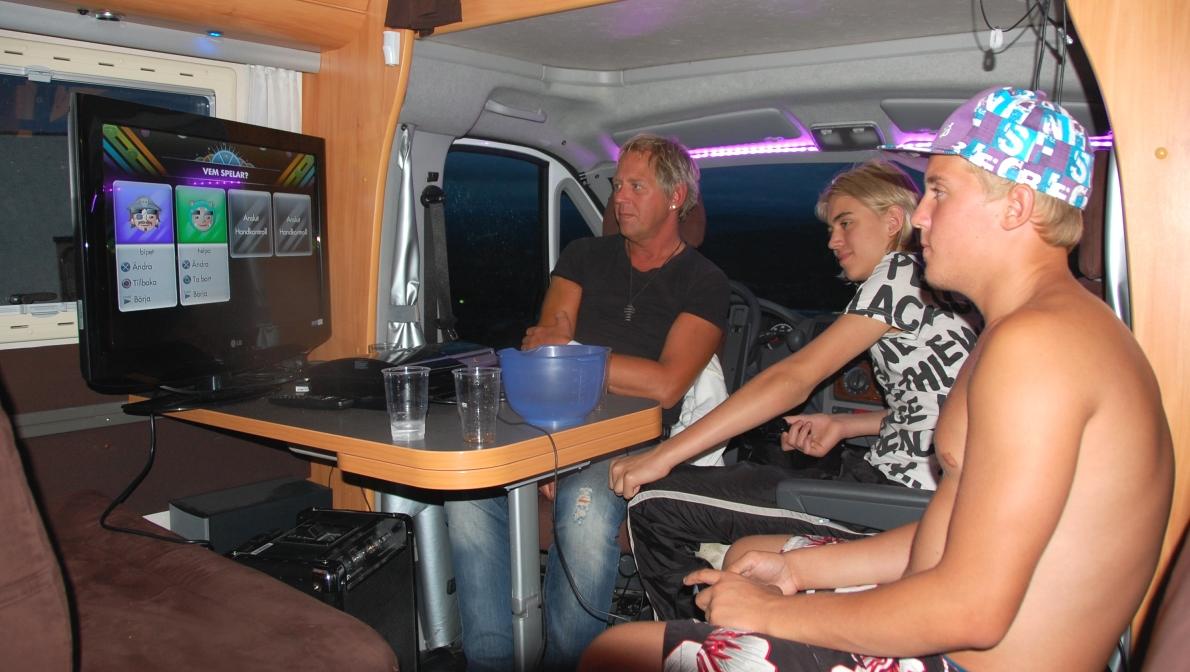 Vad gör man på kvällen i en husbil? Spelar TV-spel förstås!