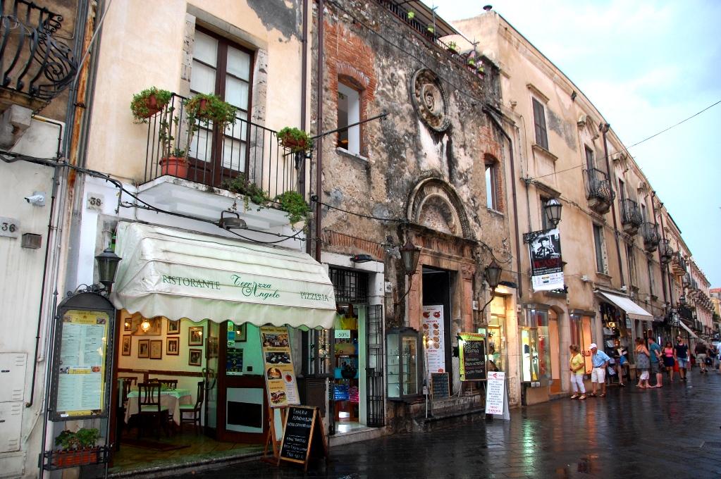 Vackra och charmiga husfasader i Taormina