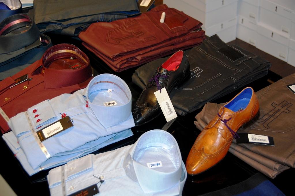 Skjortor, jeans och skor på Taracci