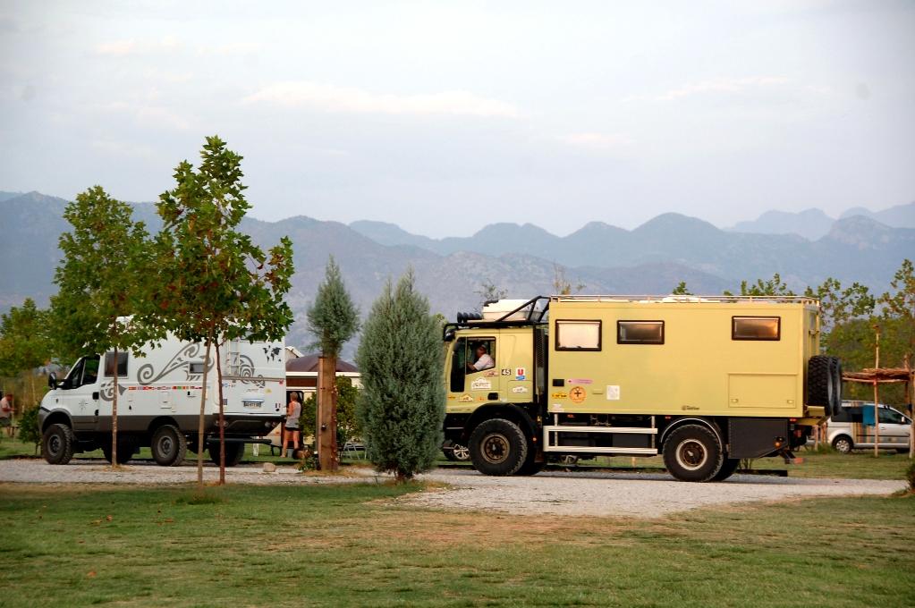 Två terränggående husbilar på Lake Shkodra Resort