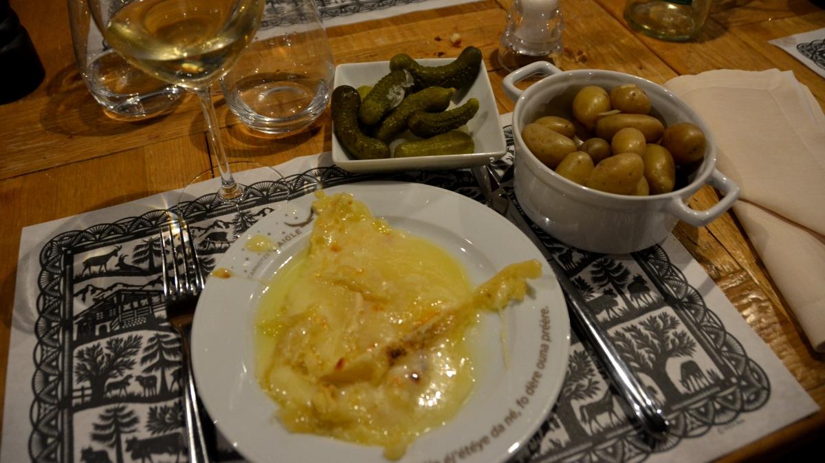 Raclette i Schweiz serverad på traditionellt vis