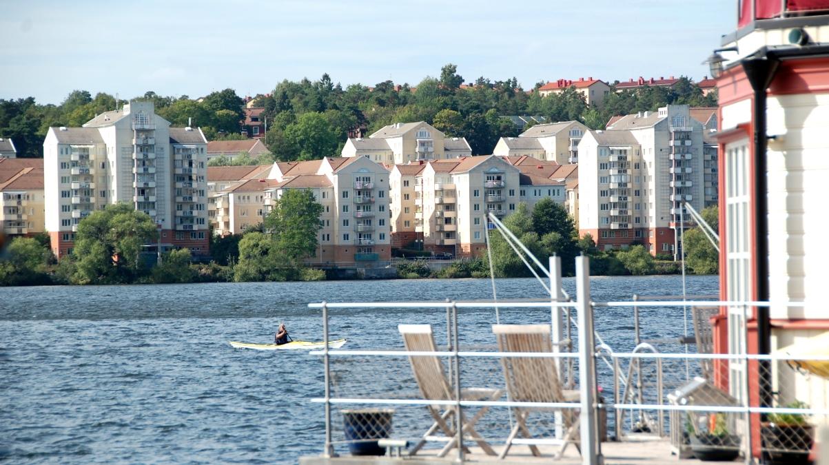 I bakgrunden:Bostadshus i Traneberg