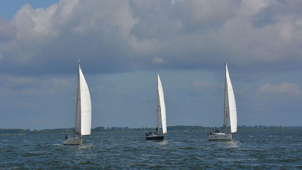 Tre segelbåtar i Oderlagunen
