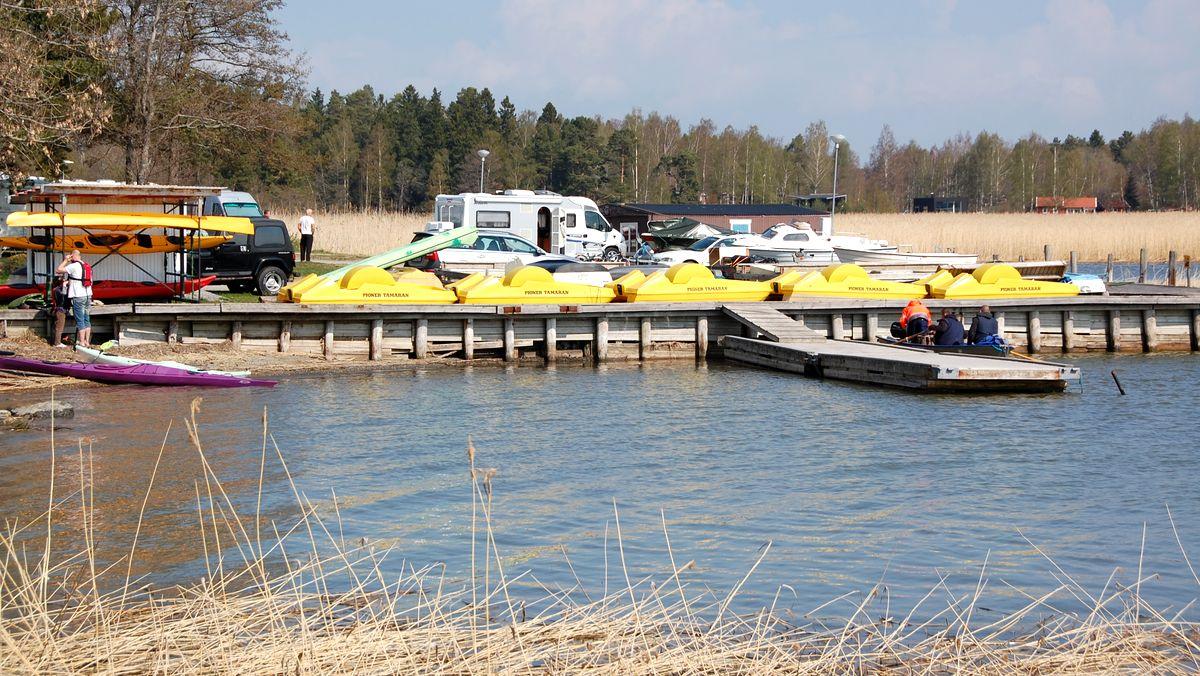 Den lilla båthamnen, där man bland annat kan hyra kajaker och trampbåtar, och husbilsplatserna i bakgrunden