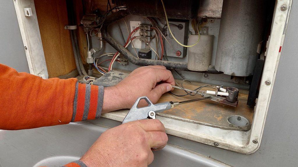 Husbilens kylskåp går inte på gasol - vi försöker rengöra med tryckluft