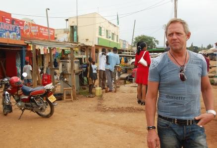 Efter en kort tur med bilen kommer man till marknaden Ugunja. Här handlade vi lite och tog en öl på en bar.