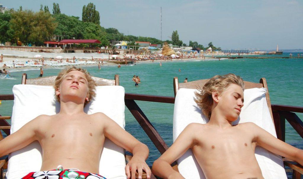 Pontus och Billie på stranden i Odessa