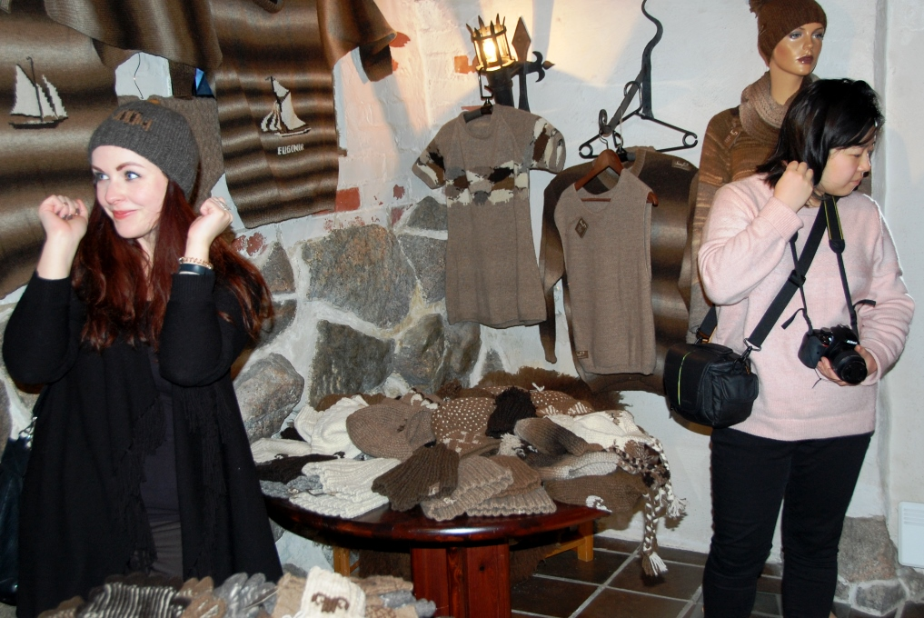 Resebloggarna kikar runt och testar ullprodukterna på utställningen