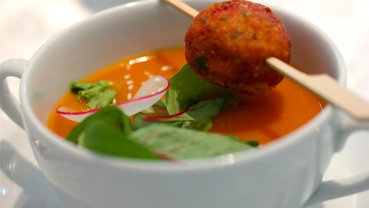 Paprikakryddad soppa med friterad räkboll