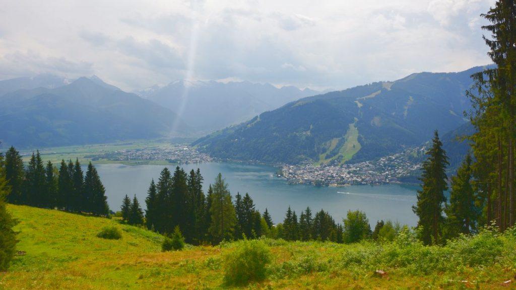 Utsikt över Zell am See på sommaren