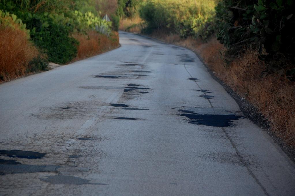 Siciliens vägar är lappade och lagade precis överallt