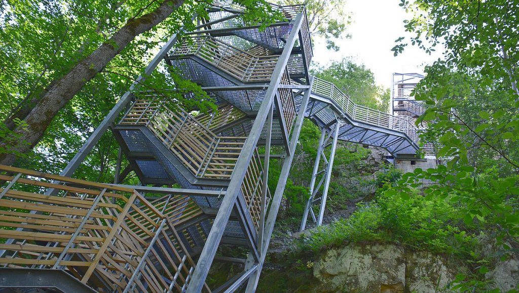 Trappa vid klipporna i Ontika