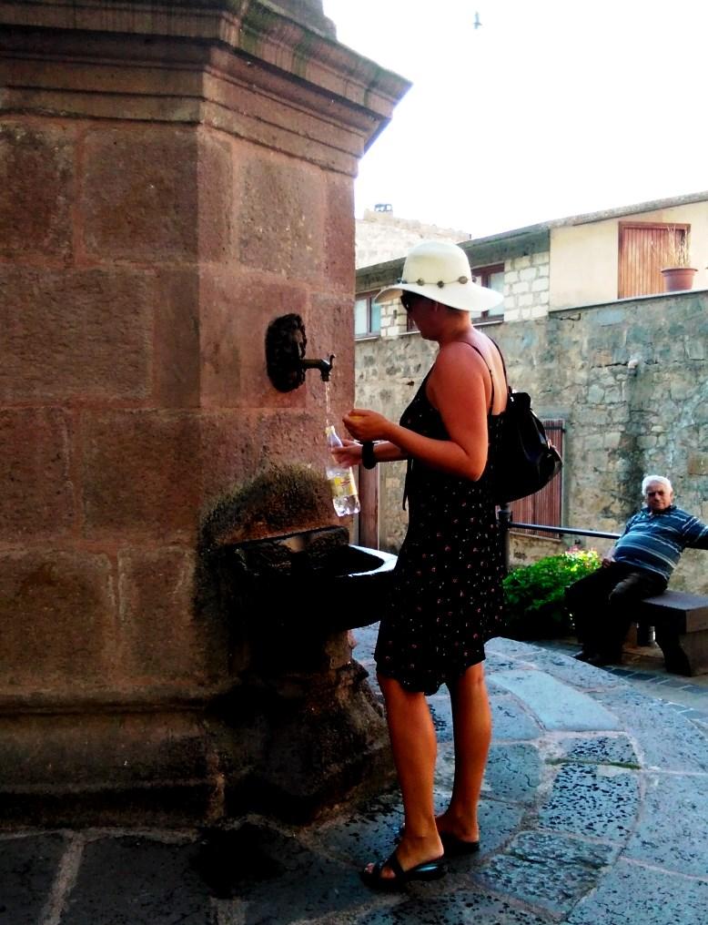 Friskt och gott brunnsvatten vid piazzan - som komplement till all champagne...