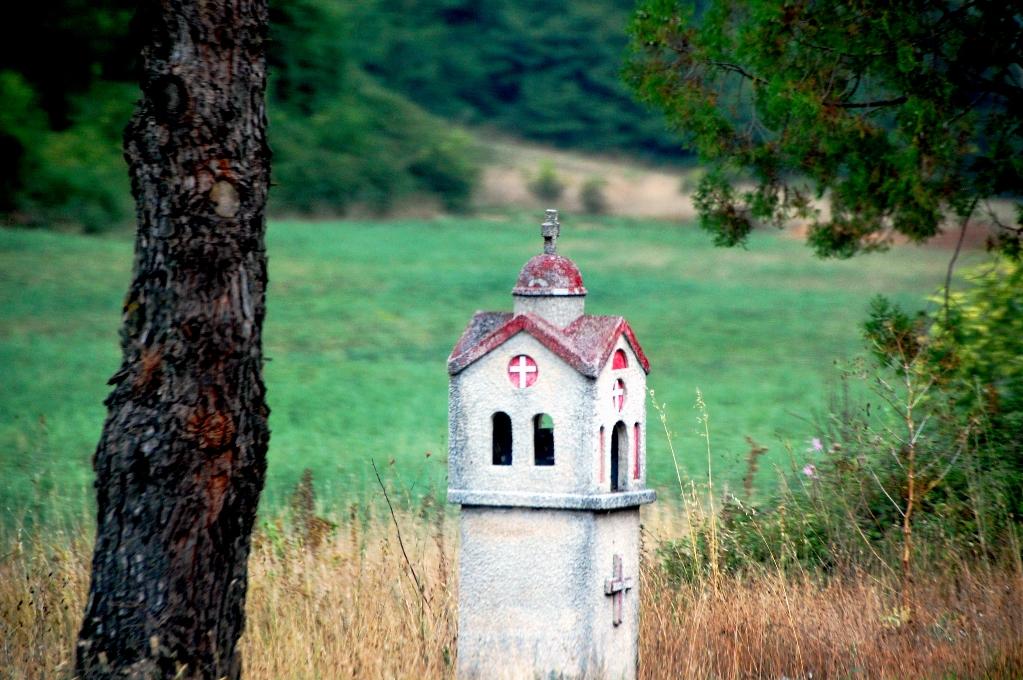 """Sådana här religiösa """"lådor"""" står överallt längs de grekiska vägarna"""