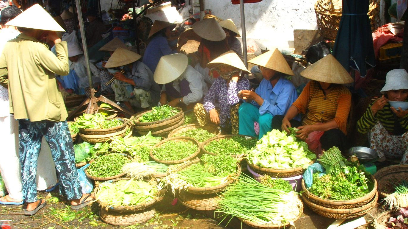 Färska grönsaker och kryddväxter i Vietnam