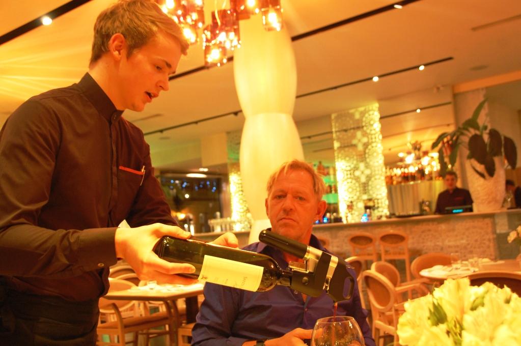 Servitören serverar vin