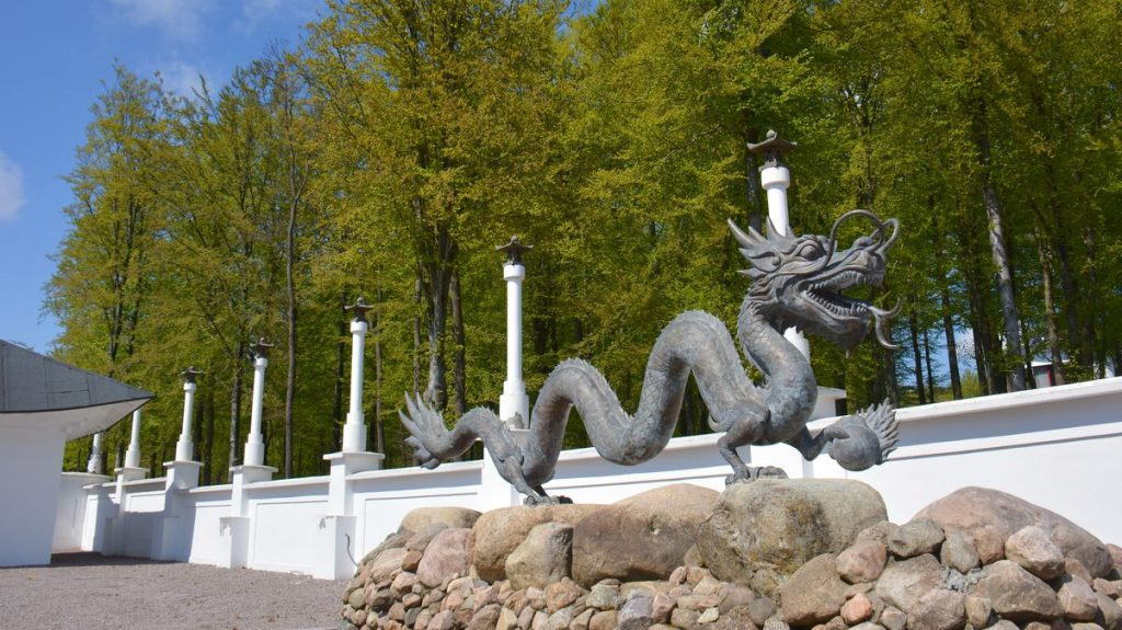 Drake vid qigong-tempel i Skåne