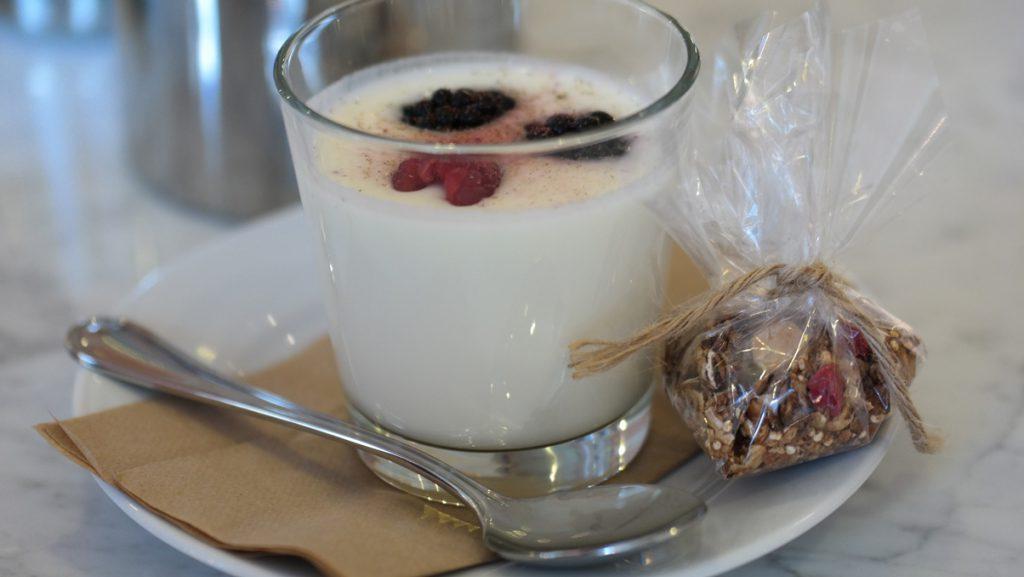 Yoghurt med lavendelhonung och granola