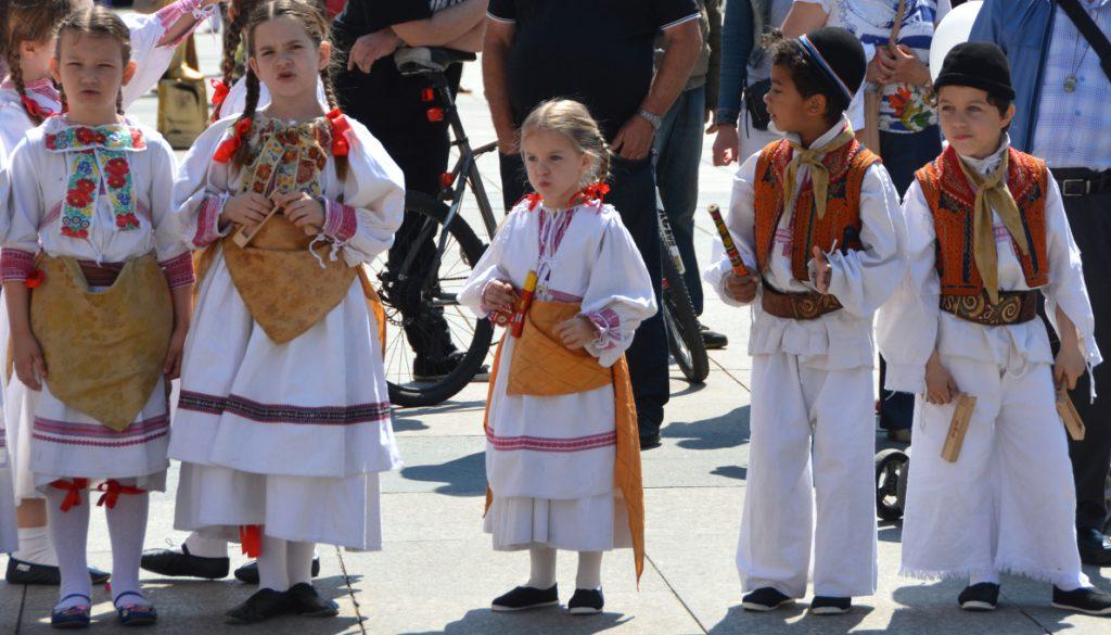 Folkdans på torget i Zagreb