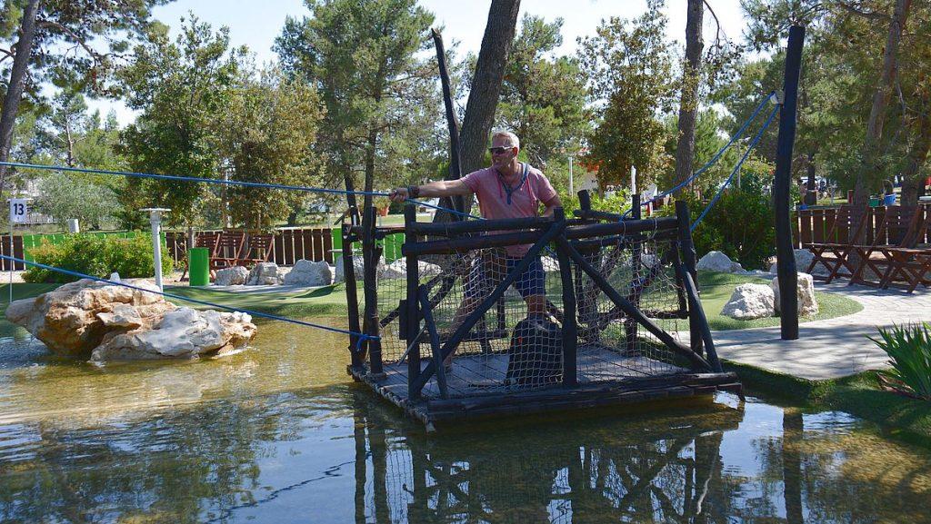 Peter testar äventyrsgolfen på Zaton Holiday Resort