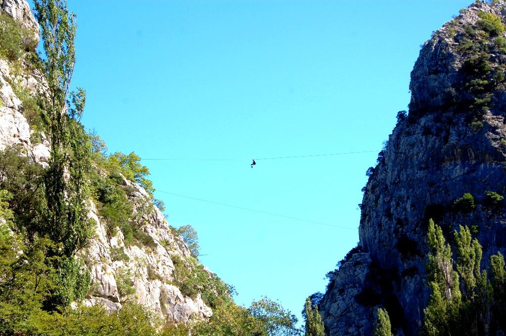 Zipline över floden Cetina i Kroatien