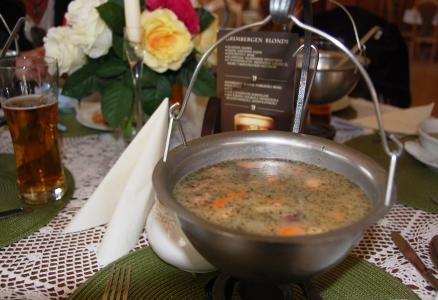 Zurek är en viktig soppa i det polska köket och innehåller potatis, korv och ägg, i Mechelinki