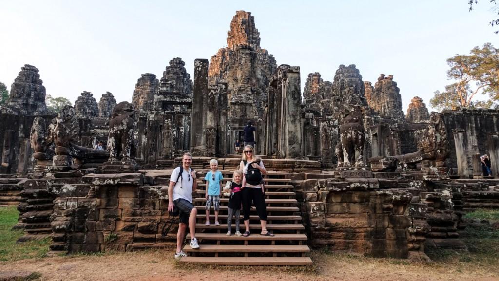 Hela familjen utanför Bayon Temple i Kambodja
