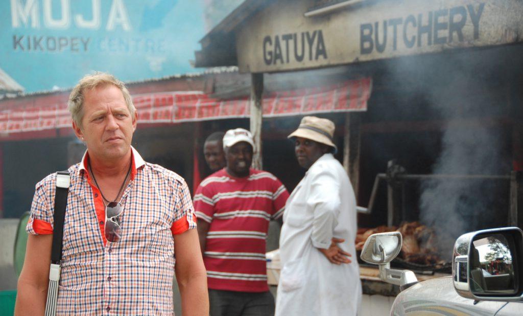 Huvudfokus på Peter, men många intressanta detaljer i bakgrunden (Kenya)