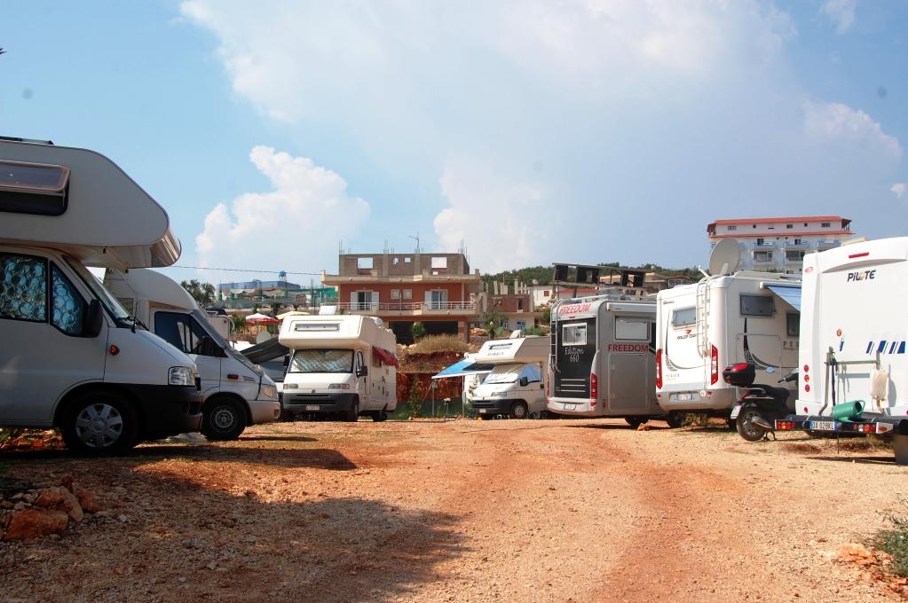 Campingen i Ksamil liknar mer en ställplats, men det finns el och WiFi