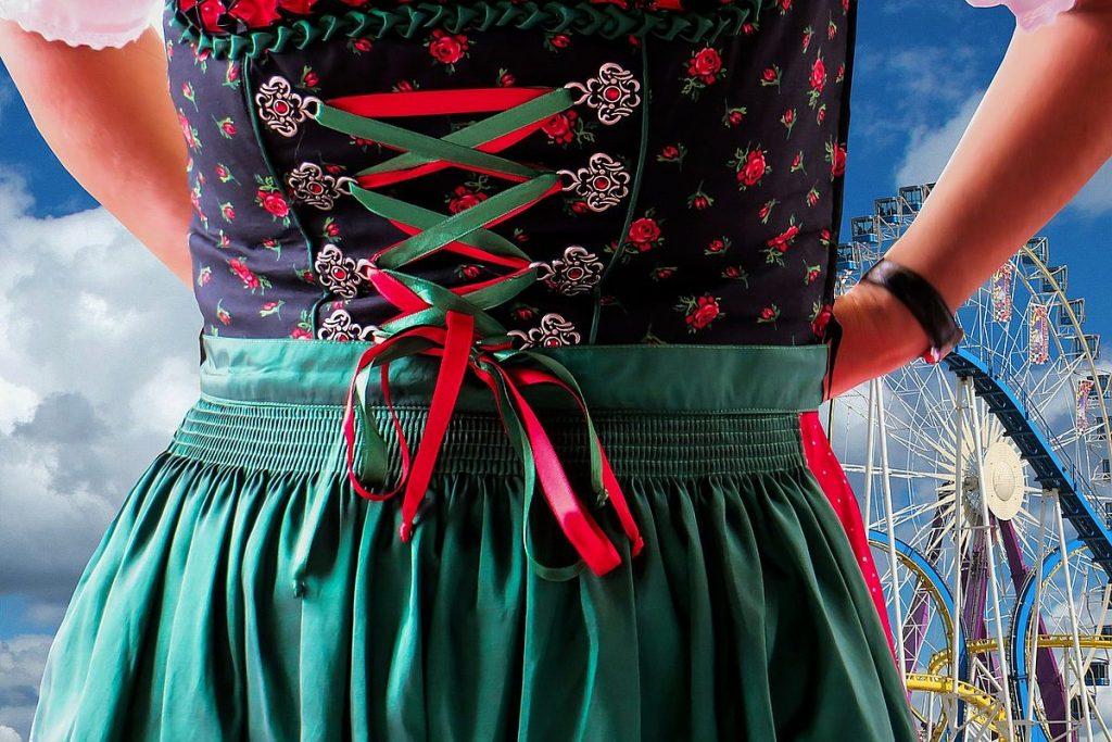 Oktoberfest i Tyskland och klänningen dirndl