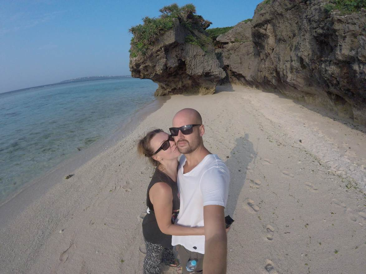Lyckliga tillsammans på Sesoko beach på Okinawa