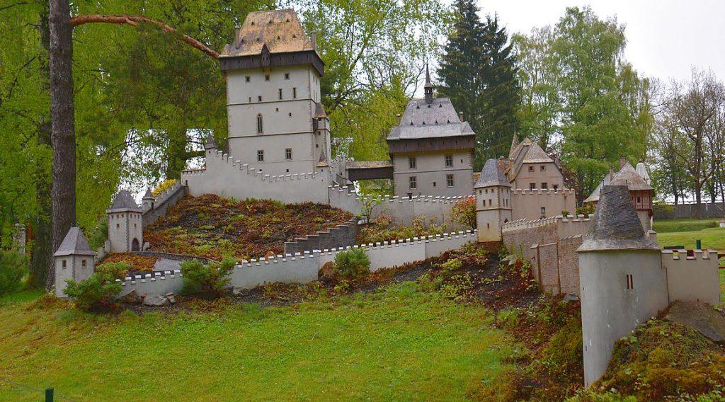 Karlstein i Prag i Park Boheminium i Tjeckien