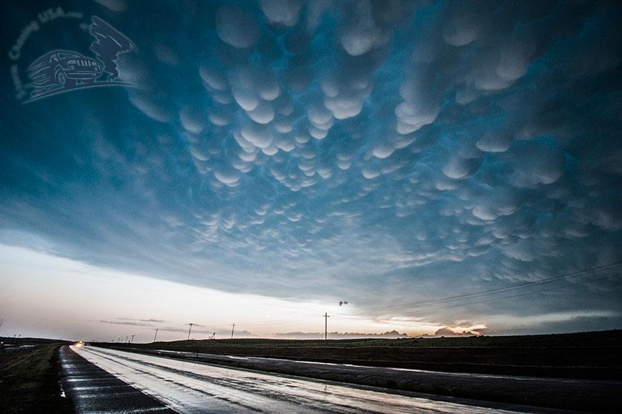 En rätt vanligt förekommande men mycket spektakulär del av extrema oväder är mammatusmoln som dessa