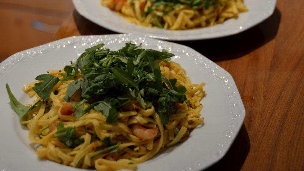 Färsk pasta med räkor och rucola, smaksatt med citron