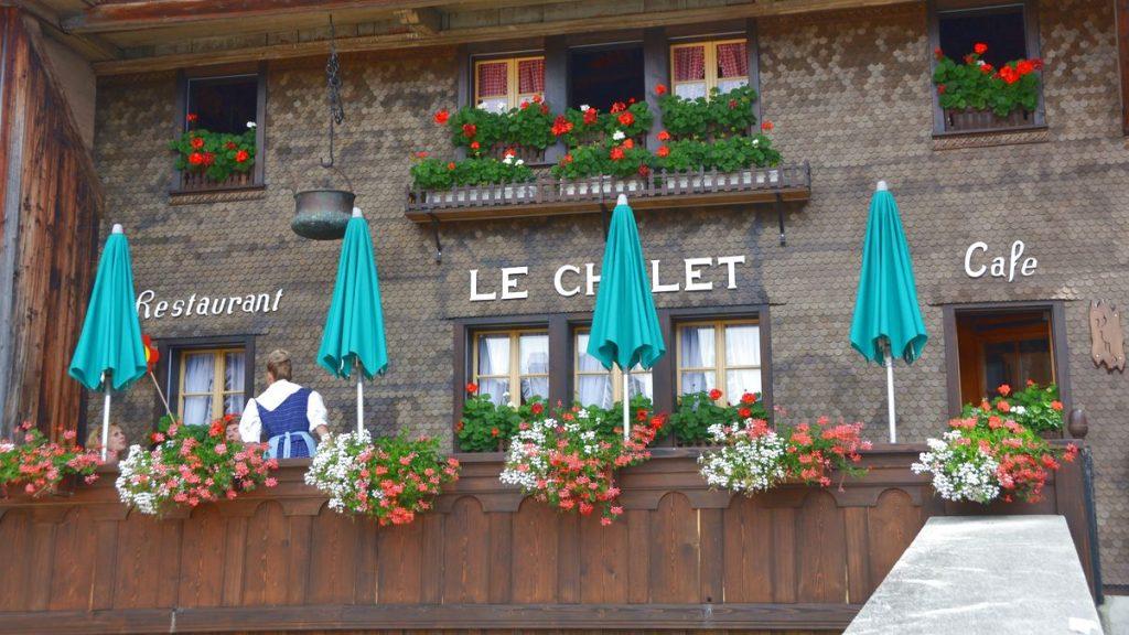 restaurang i Gruyère med schweizisk ost