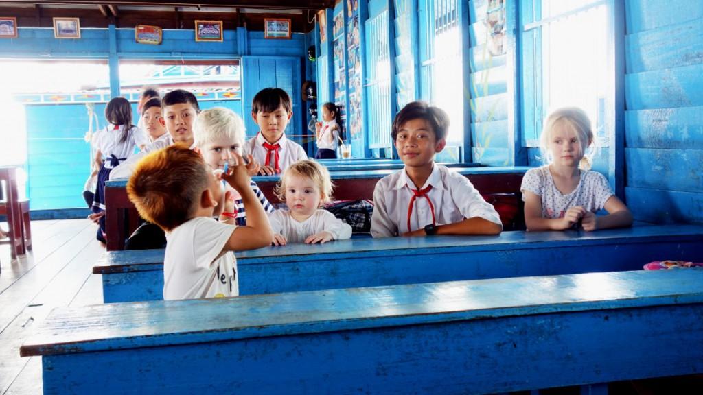 Sebastian, Nelly och Julia på besök i en skola i Kambodja