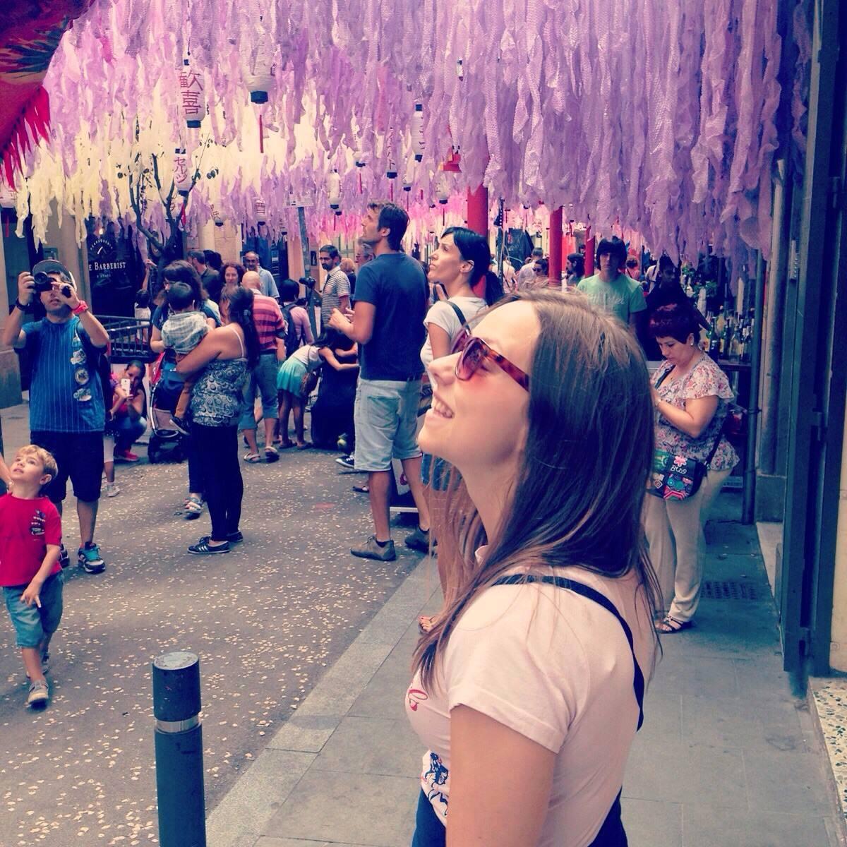 Jennifer i Spanien, i Barcelona under festivalen Festa Major de Grácia