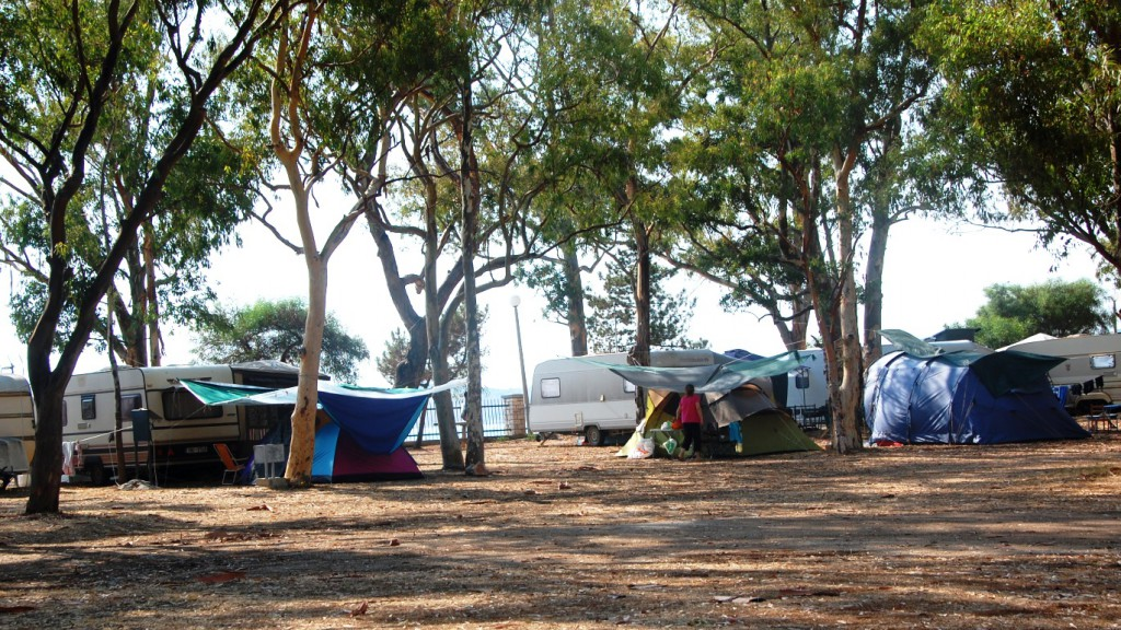De flesta på camping Drepanos campar med husvagn eller tält