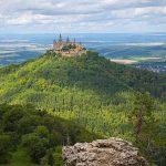Burg Hohenzollern i Tyskland – på toppen av ett berg