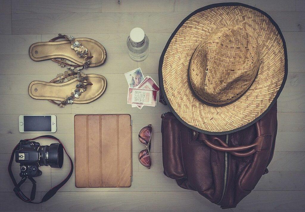 Bra att packa för solresan - solhatt, solglasögon, iPad, kamera, mobiltelefon, flipflops med mera
